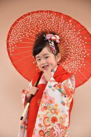 3歳の七五三 赤い着物を着た女の子