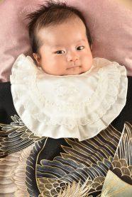 お宮参りの写真。産着を着た男の子