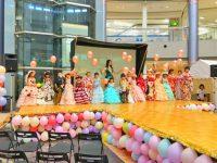 イベントに参加したドレスを着た子供達