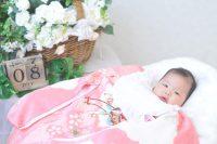 ピンクの産着を着た女の子