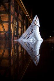 夜 ウェディングドレス姿の花嫁