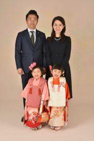 七五三での家族写真。双子のご姉妹