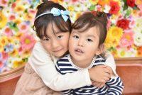 ご姉妹での写真。花の背景