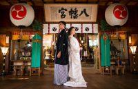 和装の新郎新婦の神社での写真
