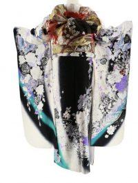 白×黒の地、白や紫色のバラや蝶などが描かれた振袖、後ろ姿