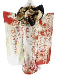 白地にメインに、袖などに赤色が入っていて、小花がたくさん描かれた振袖、後ろ姿