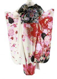 白地にピンクや黒のバラが描かれた振袖 後ろ姿