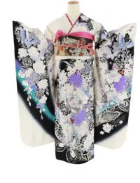 白×黒の地、白や紫色のバラや蝶などが描かれた振袖