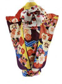 カラシ色に花柄絞り風の柄の振袖、後ろ姿