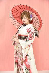 白振袖を着て傘を持った女性