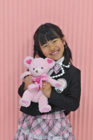 ピンクのランドセルにフォーマルな服を着た女の子