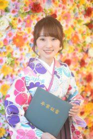 花柄の白い着物と袴を着た女の子
