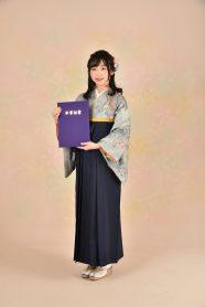 グレーの着物に袴を着た女の子。
