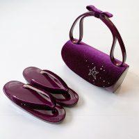濃い紫のベルベット素材バッグと濃い紫の草履