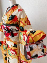 お題 恋をテーマにカラシ色の振袖に合わせた市松模様のバッグ