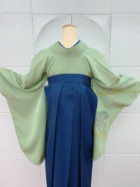 卒業袴水引きアクセサリーに合わせてイエローベースさんに合わせて黄緑色シンプル着物花紺袴